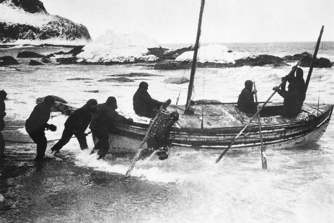 Шеклтон и четыре члена экипажа отправляются к Южной Георгии