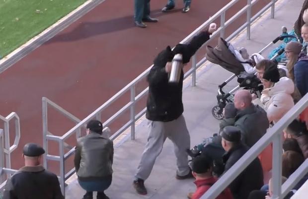Фото №1 - Фанат на матче по регби ловко отбил летящий мяч термосом и спас ребенка от увечий (видео)