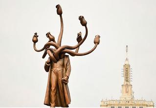 Памятник Ленину в Бухаресте превратили в многоголовую гидру