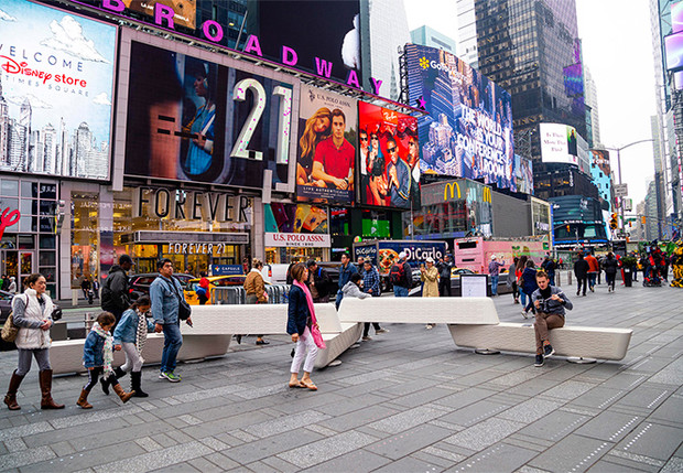 Фото №1 - Нью-Йорк обзавелся антитеррористическими дизайнерскими скамейками
