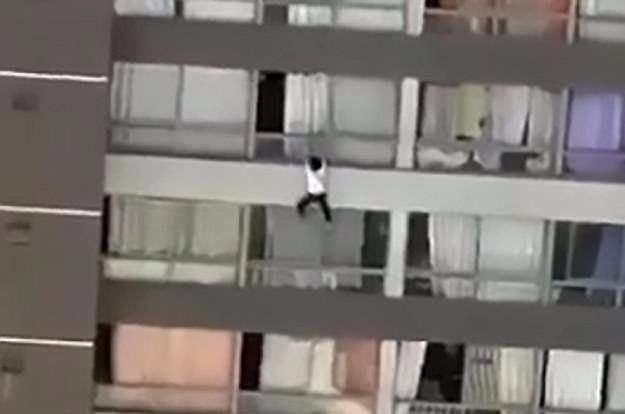 Фото №1 - Прохожий заметил уцепившуюся за балкон женщину, стал снимать ее на телефон, спохватился — и кинулся на помощь (ВИДЕО)