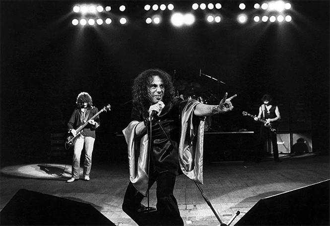 Лидер группы Kiss объявил себя создателем рокерской «козы»