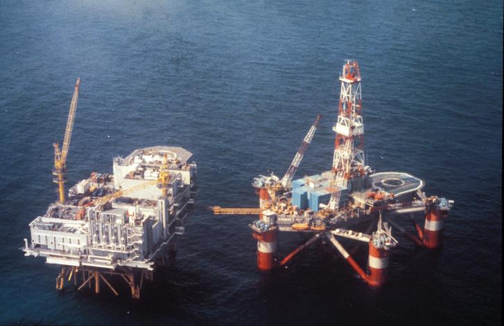 Фото №2 - История одной фотографии: затонувшая нефтяная платформа в 1980 году