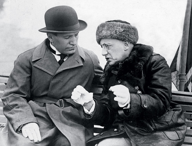 Муссолини терпеливо слушает поэта