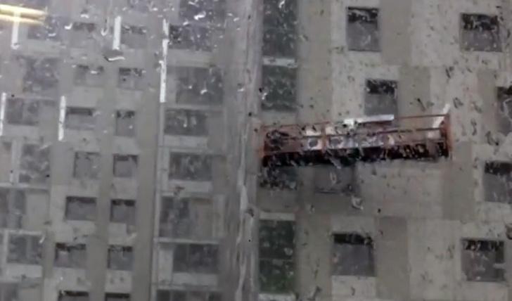 Фото №1 - В Перми строительная люлька с рабочими оказалась в центре урагана (жуткое ВИДЕО)