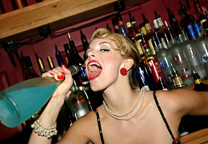 Чем сильнее ты пахнешь, тем больше хотят выпить окружающие тебя женщины!