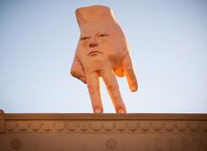 Очень странная скульптура «руки-лица» появилась на крыше в Новой Зеландии