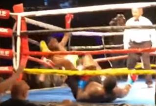 Боксеры послали друг друга в нокдаун одновременно (видео)