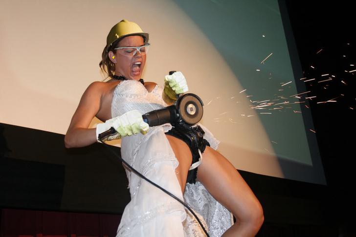 Фото №6 - Интернет феерично отреагировал на фото невесты, избавляющейся от пояса верности!
