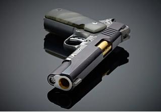 Оружейники из Cabot Guns сделали пистолет из доисторического метеорита и дамасской стали