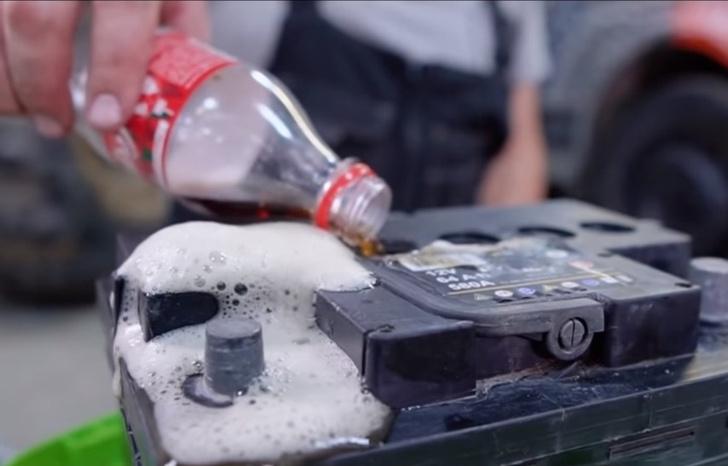 Фото №1 - Вот что будет, если в аккумулятор залить а) кока-колу, б) водку, в) красное вино (наглядное видео)