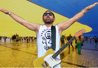 «Притяженье народов упруго»: Шнур сложил стихи про запрет Украины на въезд российским мужчинам