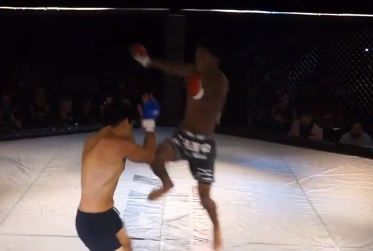 Фото №1 - Нокаут лета: боец победил соперника «летящим коленом» всего за 4 секунды (видео)