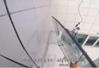 400-килограммовое стекло падает с 47-го этажа высотки! Пронзительное ВИДЕО