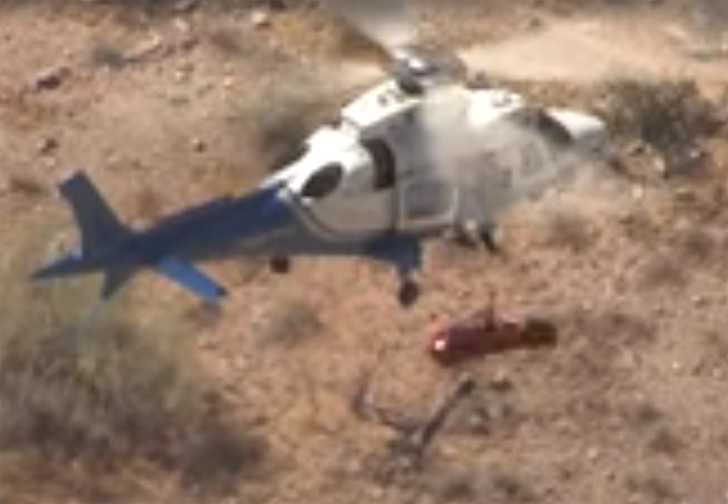 Фото №1 - Спасатели попытались эвакуировать вертолетом травмированную пенсионерку, но что-то пошло не так и ей устроили карусель (видео)