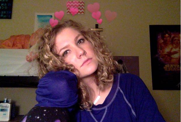 Фото №1 - Девушка обещала все праздники носить костюм ёлки, если наберет 1000 ретвитов — и быстро об этом пожалела