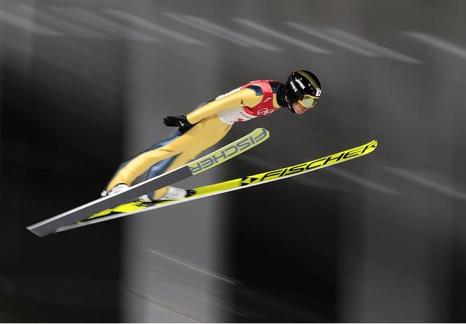 Прыгуны на горных лыжах в Корее приземляются на… футбольное поле!