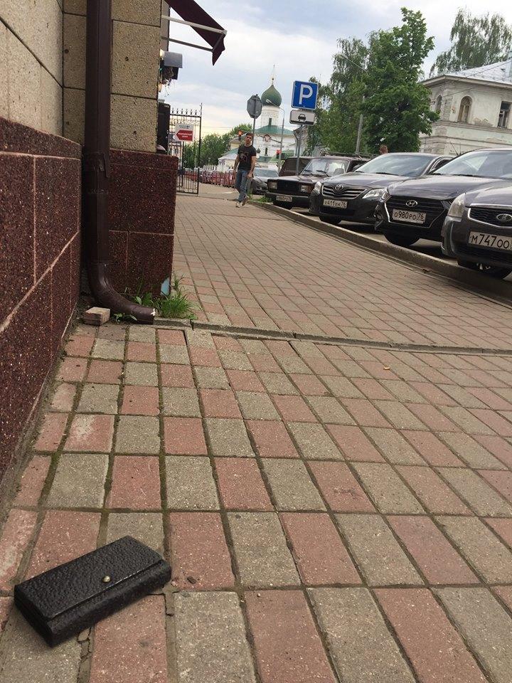 Фото №2 - В Ярославле установлен памятник Потерянному Бумажнику, и его практически невозможно украсть!