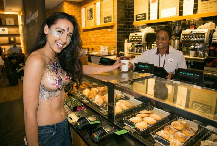 Фото №10 - Модель прошлась по городу топлес в поддержку тренда «грудь в блестках»!