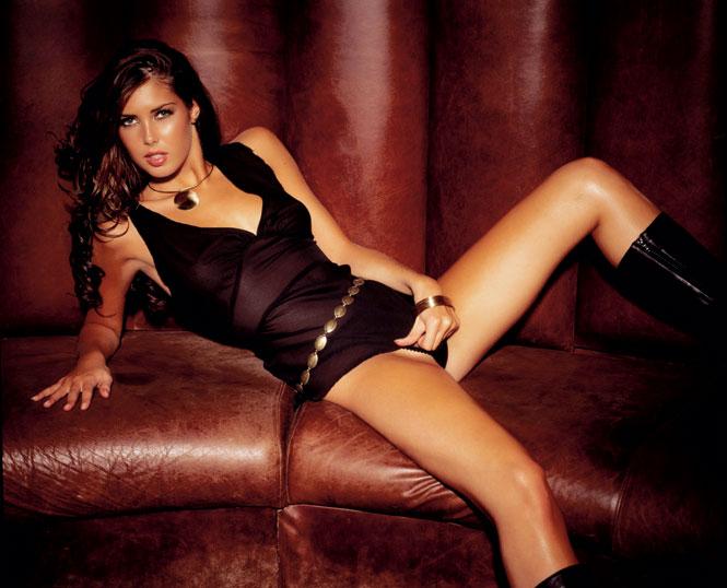 Красивая девушка в черном белье