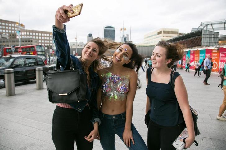 Фото №18 - Модель прошлась по городу топлес в поддержку тренда «грудь в блестках»!