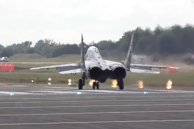 Фото №1 - Видео дня: Вертикальный взлет МиГ-29 поразил зрителей авиашоу