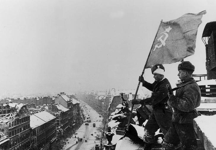 Советские солдаты подняли красный флаг. Будапешт, декабрь, 1945