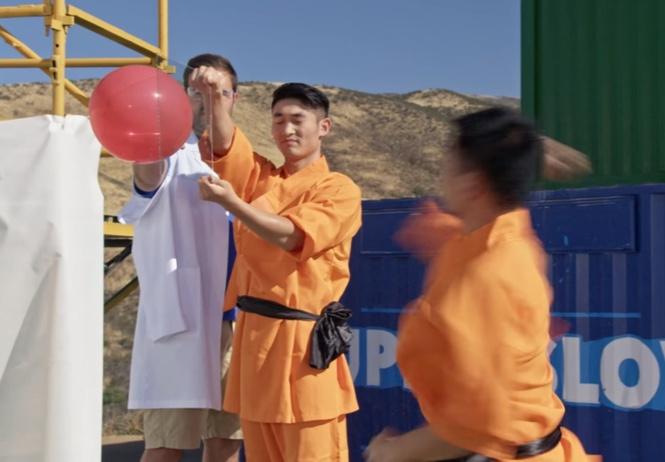 Шаолиньский монах пробил стекло броском иглы
