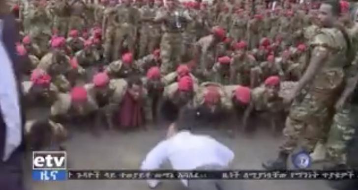 Фото №1 - Премьер-министр Эфиопии вышел к протестующим солдатам и начал отжиматься (видео)