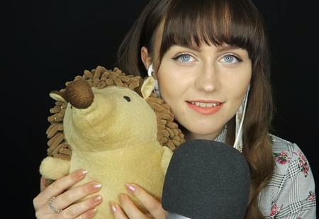 Девушка зарабатывает 60 тысяч фунтов в год, нашептывая в микрофон и трогая вещи