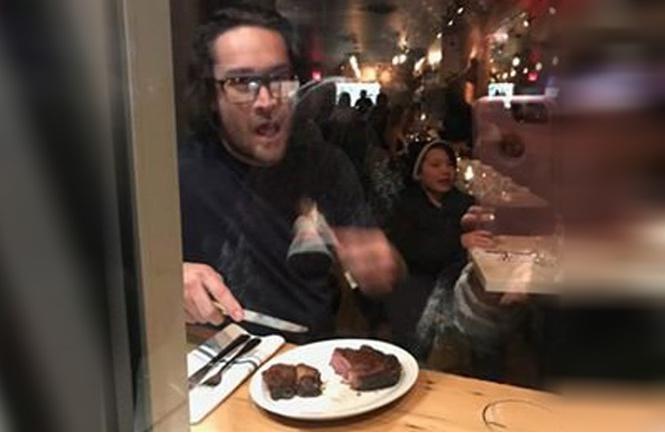 Ресторатор разделал исъел ногу оленя наглазах упротестующих веганов