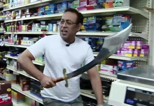 Фото №1 - Грабители с мачете нарвались на продавца со здоровенной саблей!