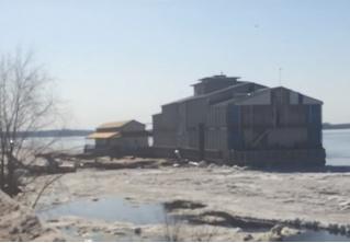 Ресторан оторвало от берега торосом и унесло в открытую Волгу! Очевидцы сняли все на ВИДЕО!