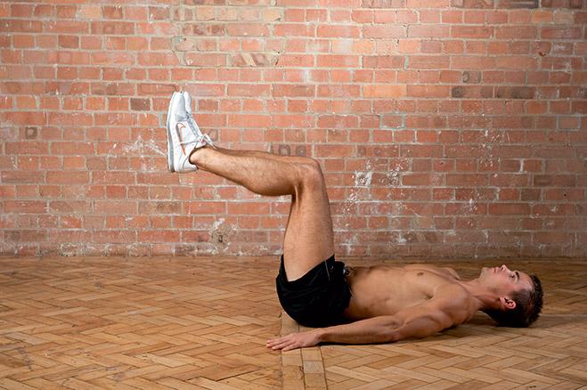 Распрямление ног попеременно лежа