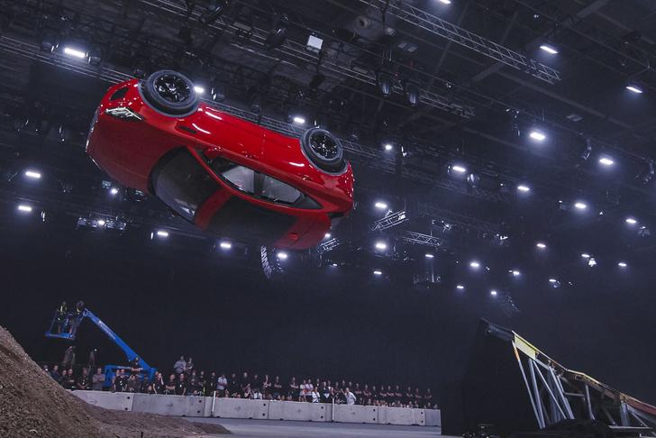 Фото №9 - Рекорд Гиннесса: «бочка» на серийном автомобиле. Видео!