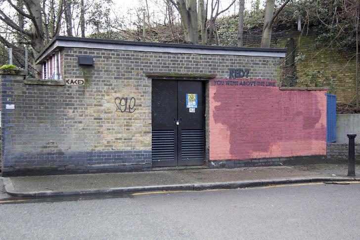 Фото №21 - Красное на черном: Как уличный художник троллил коммунальщиков