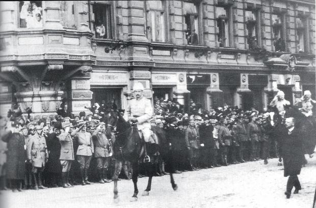 Барон принимает парад в Финляндии вчесть окончания Первой мировой  войны