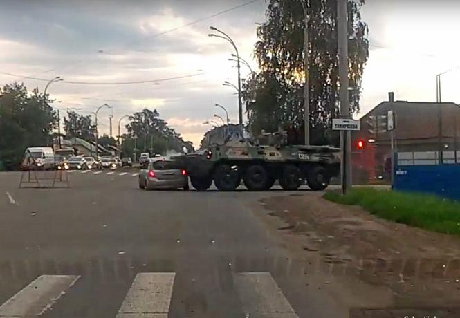 Заурядное российское ДТП: БТР врезается в легковушку (видео)