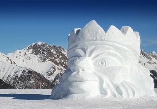 Что делать в новогодние праздники? Сделать снежную крепость, достойную быть высеченной в мраморе!