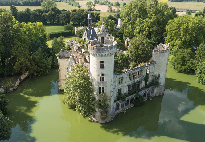 6,5 тысяч человек скинулись и купили замок во Франции
