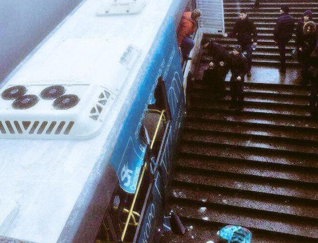 москве пассажирский автобус сбив прохожих скорости въехал подземный