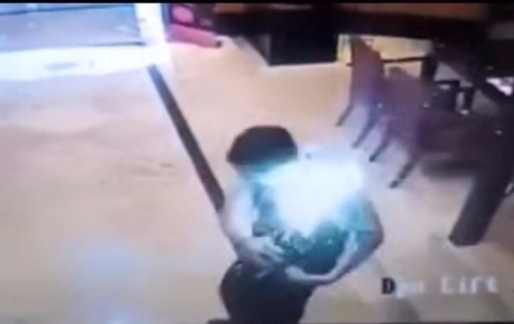 Фото №1 - Посмотри и ужаснись, как смартфон взрывается прямо в кармане владельца!