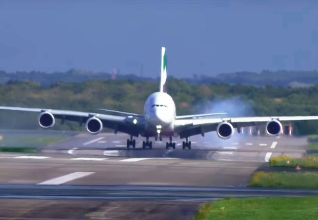 Фото №1 - Смотри, как крупнейший в мире авиалайнер жестко мотает при посадке! (знобящее ВИДЕО)