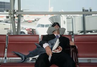 Как спать в аэропорту, чтобы и выспаться, и чемодан не украли