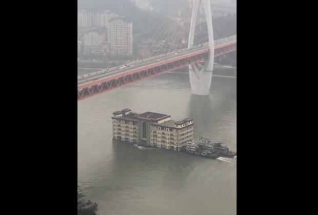 Фото №1 - Как китайцы пятиэтажный дом по реке Янцзы сплавляли (видео)