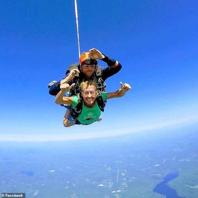 Фото №2 - Все летят по плану. Инструктор по прыжкам с парашютом внезапно отстегнулся от ученика и разбился