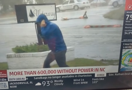 Американского тележурналиста затроллили за слишком драматичный репортаж про ураган «Флоренс» (видео)