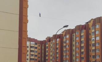 Фото №1 - Воронежская «Прогулка»: экстремалы прошлись по канату между многоэтажками