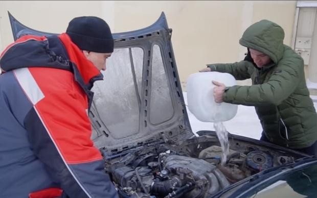 Фото №1 - Вот что будет, если залить автомобилю полный движок воды и оставить на ночь при минус 40 (видео)