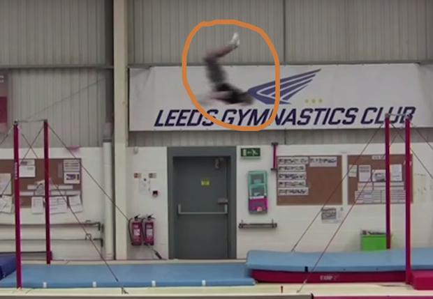 Фото №1 - Британский гимнаст совершил самый длинный в мире полет между брусьями (видео)